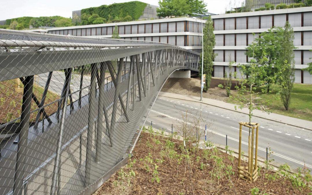 Konstrukční řešení ocelové lávky, která vytvořila zobou budov banky symbolický celek